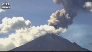 Un volcan mexicain crache cendres et fumée à plus de 2 kilomètres
