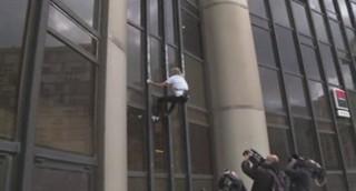 """Séisme : le """"Spiderman"""" français a escaladé la tour Montparnasse avec un drapeau du Népal"""