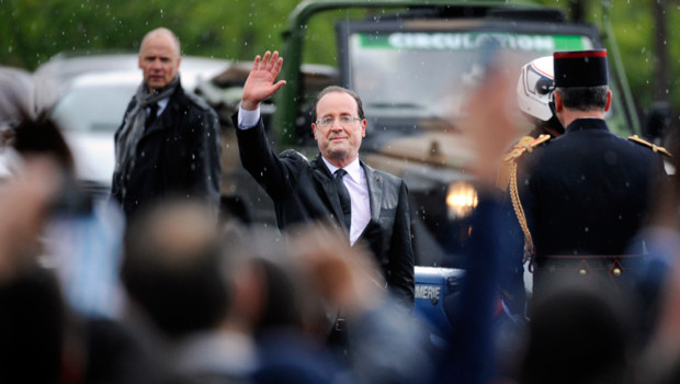 Franois Hollande lors de son premier bain de foule prsidentiel sur les Champs le 15 mai 2012