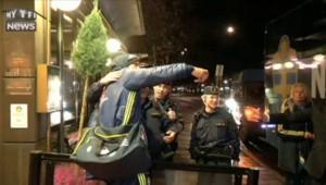 Devant l'hôtel des joueurs, Zlatan prend un selfie avec des policiers !