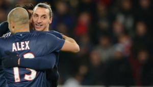 Les joueurs du PSG Zlatan Ibrahimovic et Alex Costa se congratulent lors du match contre Porto en Ligue des champions le 4 décembre 2012.