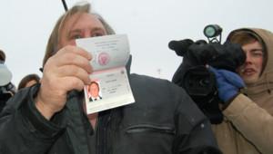 Gérard Depardieu montrant son passeport russe à son arrivée à Saransk, en Mordovie (6 janvier 2013)