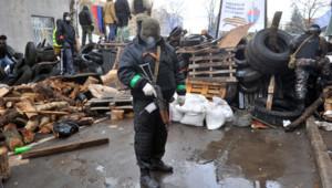 Des miliciens pro-russes à Slavyansk, le 13 avril 2014.