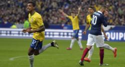 Luiz Gustavo célèbre son but, le 3e du Brésil face à la France au Stade de France, le 26 mars 2015.