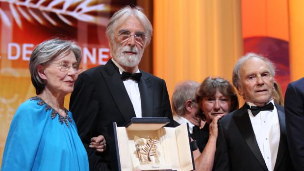Michael Haneke, ici entouré des acteurs Emmanuelle Riva et Jean-Louis Trintignant, a remporté la palme d'or du 65e festival de Cannes.