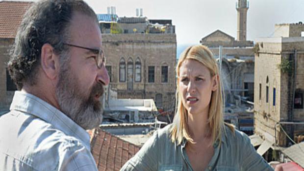 Homeland saison 2. Une série créée par éée par Alex Gansa, Gideon Raff, Howard Gordon en 2011. Avec : Claire Danes, Damian Lewis, Mandy Patinkin