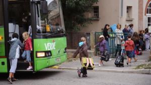 Des enfants arrivent à l'école de Varennes (photo prétexte)