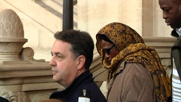 La mère de Youssouf Fofana lors de son arrivée à la cour d'assises des Mineurs de Paris qui juge son fils pour le rapt et l'assassinat d'Ilan Halimi