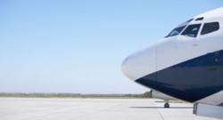 Un avion sur le tarmac.