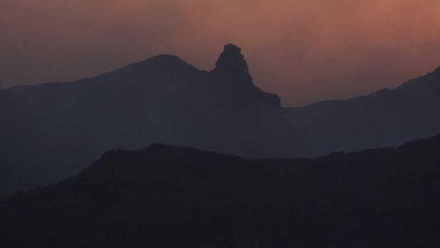 De sombre nuages de fumée s'élèvent au-dessus de la ville de Benchijigua, aux Canaries, le 05 août 2012.