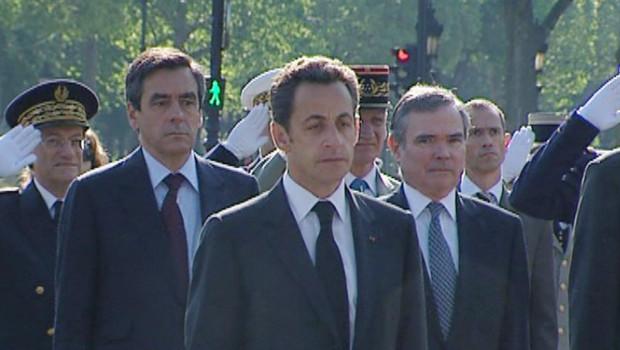 Nicolas Sarkozy et François Fillon devant la statue du général de Gaulle, le 8 mai 2008 à Paris