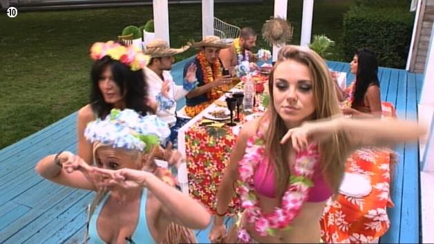 Sara vient les rejoindre pour une danse endiablée.