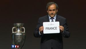 Michel Platini présentant le vainqueur pour l'organisation de l'Euro 2016.