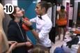 Eddy prend le relai de Morgane et s'occupe du maquillage du teint de Sabrina.