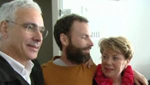 TF1-LCI: Loïc Pillois, randonneur retrouvé après 51 jours dans la forêt guyanaise, retrouve ses parents à Bordeaux le 8 avril 2007