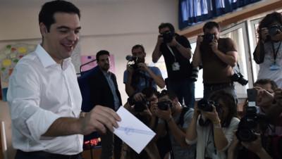 Alexis Tsipras dans l'isoloir à Athènes le 5 juillet 2015.