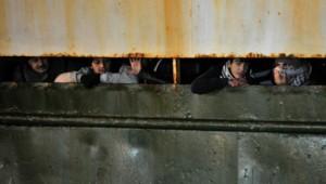 Le nouveau mode opératoire des passeurs : entasser les migrants dans des cargos laissés à l'abandon en mer