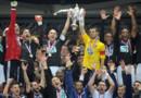 Les joueurs de Lyon soulèvent la Coupe de France avec le capitaine de Quevilly, le 28 avril 2012.