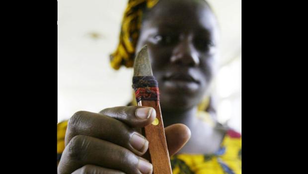 Une femme montre l'outil avec lequel elle pratique l'excision.