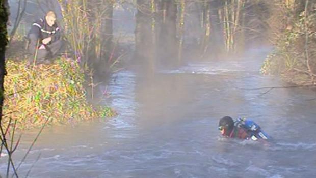 Un plongeur dimanche matin dans une rivière à Saint-Paul-de-Loubressac, dans le Lot