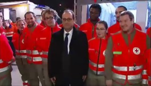 Saint-Sylvestre : Hollande en visite éclair au poste de sécurité des Champs-Elysées