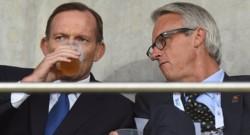 Tony Abbott (à gauche) sirotant une bière.