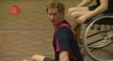 Harry joue au football australien en chaise roulante.