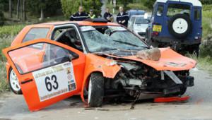 La voiture de rallye qui a foncé dans le public, tuant deux personnes, lors d'une course dans le Var le 19 mai 2012.
