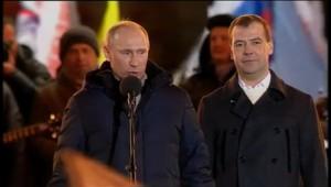 Vladimir Poutine et Dmitri Medvedev, célèbrent la victoire du premier sur la Place Rouge de Moscou, devant près de 110.000 sympathisants.
