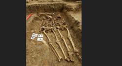 squelettes couple université de Leicester main dans la main