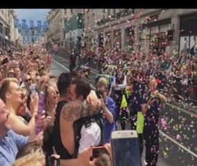 Un policier fait sa demande en mariage en pleine Gay Pride à Londres
