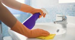 Une personne faisant le ménage. (Image d'illustration)