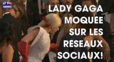"""Lady Gaga moquée sur les réseaux sociaux pour... ses """"gants de vaisselle"""""""
