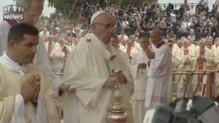 Le pape chute lors d'une messe donnée dans le cadre des JMJ après avoir raté une marche