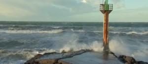 À Capbreton, les badauds arpentent le bord de mer en attendant la grande marée