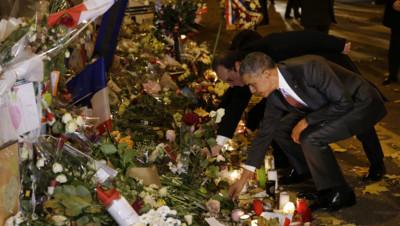 Barack Obama s'est recueilli devant la salle de concert du Bataclan le 30 novembre 2015 pour rendre hommage aux victimes des attentats de Paris et Saint-Denis