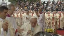 Le pape chute aux JMJ après avoir raté une marche