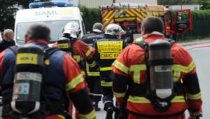 Des pompiers à proximité d'une usine à Bayonne où une explosion s'est produite jeudi 12 mai 2016, entraînant le décès de deux personnes.