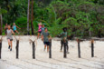 Première étape, récupérer la corde qui est enroulée à un tronc sur la plage. Les aventuriers vont avoir besoin de toute la longueur de la corde pour atteindre leur pierre.