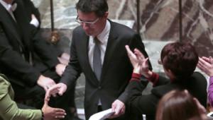 L'Assemblée le 29 janvier, le rapporteur du texte Erwann Binet serre la main de la ministre de la Justice Christiane Taubira après son discours.