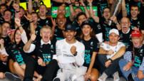 La joie de l'équipe Mercedes après le titre de champion du monde des pilotes décroché par Lewis Hamilton à Abu Dhabi.