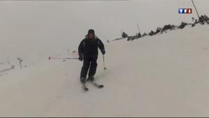 Un skieur dévale les pistes de Porté-Puymorens.