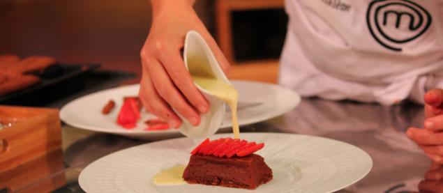 Démouler votre gâteau, décorer le gâteau avec quelques petites fraises et ajouter la crème anglaise autour.