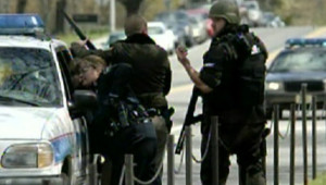 TF1-LCI : Les policiers investissent le campus de l'université de Virginia Tech, le 16 avril 2007, lors d'une fusillade