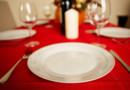 Une assiette et des couverts sur une table.