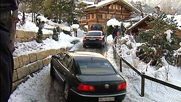 Un convoi de limousines noires dans le chalet suisse de Gstaad de Roman Polanski (4/12/2009)