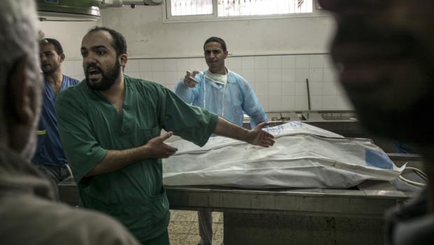 Un médecin à la morgue de l'hôpital al-Shifa à Gaza le 20 juillet 2014