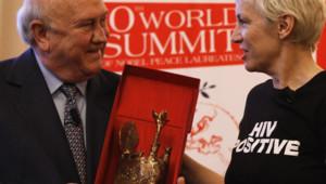 Annie Lennox recevant de Frederik de Klerk son prix de Femme de la Paix 2009 (T. Schwarz / Reuters)