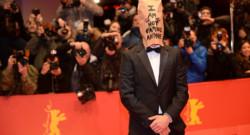 Shia LaBeouf, masqué d'un sac en papier, lors du tapis rouge de Nymphomaniac Vol.1 à Berlin le 9 février 2014