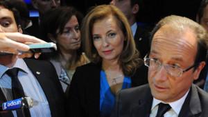 François Hollande à New York, à la rencontre des expatriés français. Derrière lui, sa compagne, Valérie Trierweiler (25 septembre 2012)